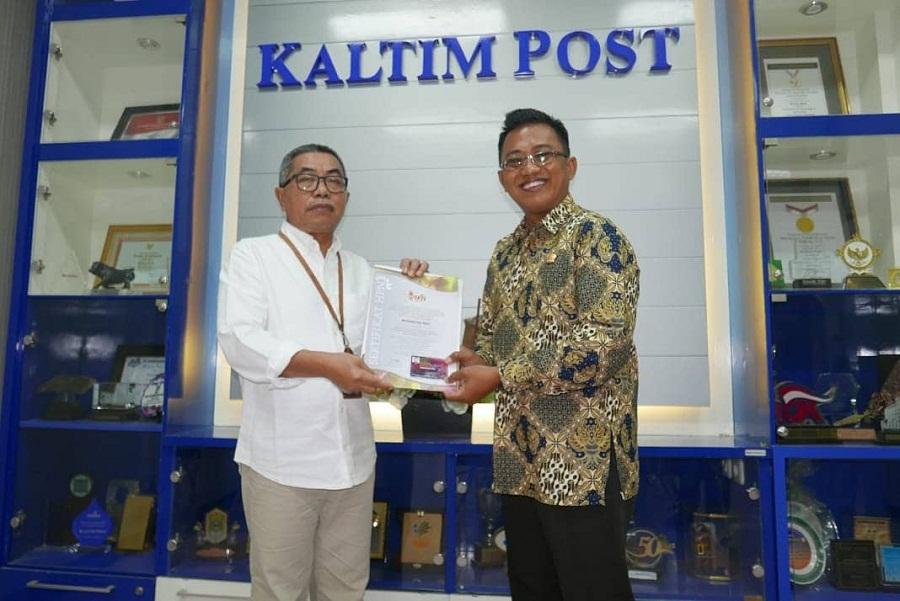 Rusdiansyah Aras (kiri) menerima sertifikat PCNO yang diserahkan Ketua PWI Kaltim Endro S Efendi